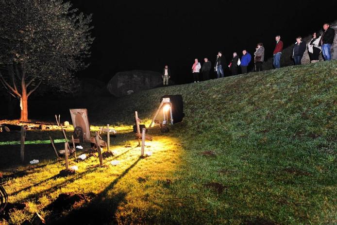 Een twee uur durende griezeltocht voerde bezoekers zaterdagavond langs tal van locaties op Fort Sabina bij Heijningen. foto peter van trijen/pix4profs