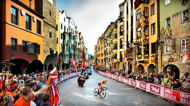 Anna van der Breggen is in de straten van het centrum van Innsbruck met grote voorsprong op weg naar de overwinning. Beeld Klaas Jan van der Weij / de Volkskrant