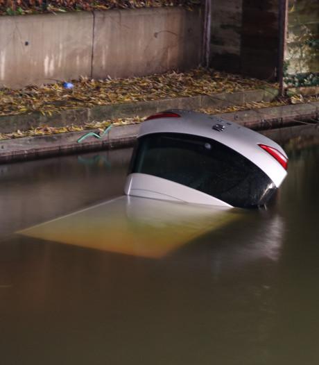 Bestuurster vergeet handrem: auto te water in Veenendaal