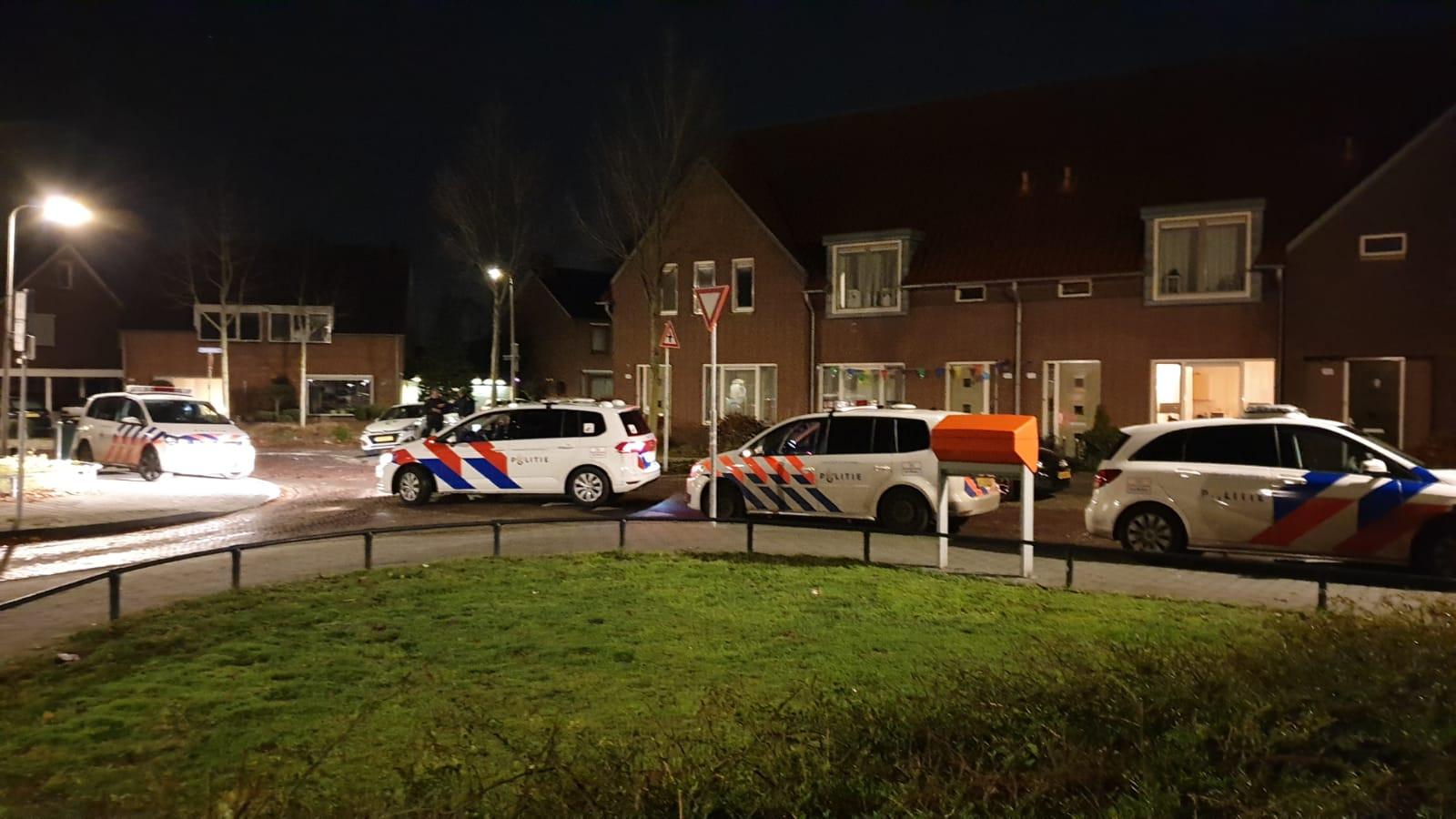De politie zette in de nacht van vrijdag op zaterdag de omgeving van de Sterkerstraat in Enschede af voor sporenonderzoek.