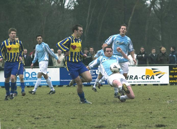 SV Valkenswaard tegen De Valk in februari 2006. Dat was de laatste keer dat beide dorpsgenoten elkaar troffen in de competitie. Komend seizoen gaat dat in de tweede klasse F weer gebeuren.