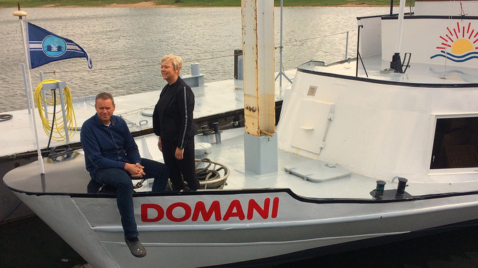 Nicole en Frank van Terwisga uit Kerkdriel op hun rondvaartboot Domani