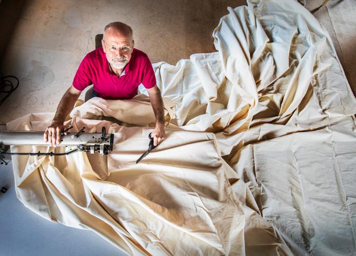 Zeilmaker Jan Moers zit achter de naaimachine om voor een re-enactment vereniging een canvas legertent te naaien naar historisch model.