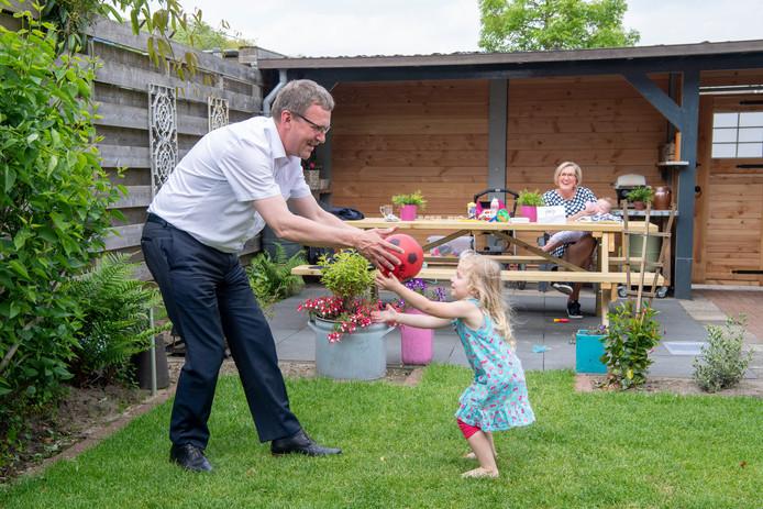 Wethouder Bart Jaspers Faijer balt in de tuin met de kinderen van Lianda en Hendrik Dokter. De ouders kunnen het ondertussen een middagje rustig aan doen.