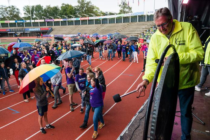 Organisator Henk van den Beek slaat op de gong, waarmee het evenement ten einde is.
