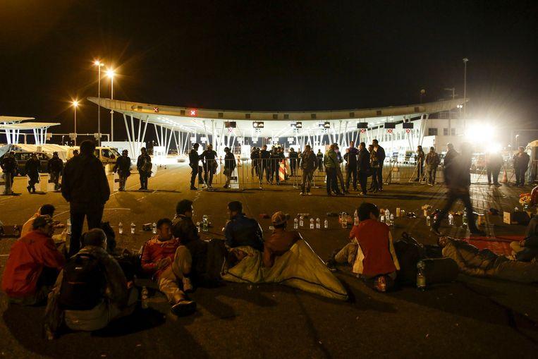 Vluchtelingen bij de grens met Kroatië. Beeld ap
