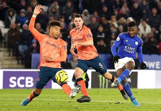 Kelechi Iheanacho schiet in de 94ste minuut de 2-1 binnen namens Leicester City tegen Everton.