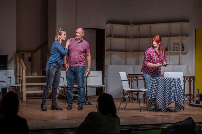 Toneelvereniging Siesa repeteert voor 'Allo Allo.'  Valerie Peters (als Michelle), Alex de Graeve (als René) en Linda Ekkebus (als Yvette).