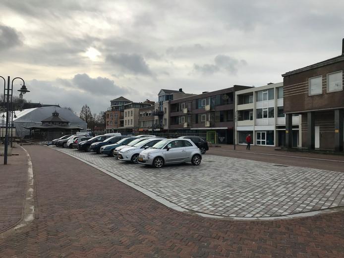 Een deel van de 'nieuwe' Markt in Veghel, met aan de linkerzijde het nieuwe voetpad en aan de rechterkant de versmalde rijbaan.