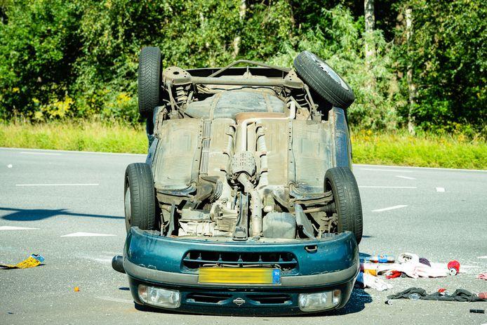 De auto belandde ondersteboven op de weg.