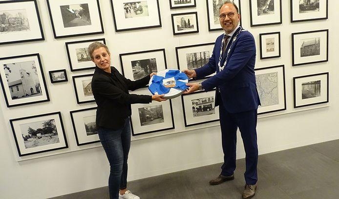 Mariëlle Horsting van Filmhuis Didam overhandigt de petitie aan burgemeester Peter de Baat.
