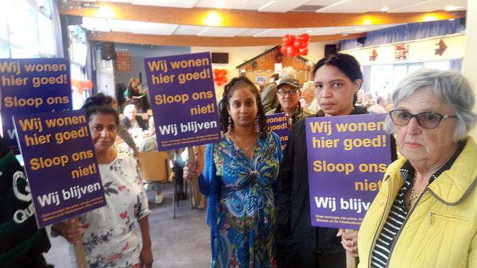 Bewoners van de Tweebosbuurt demonstreerden begin deze maand tijdens een feestje voor oude inwoners van de Afrikaanderwijk tegen de voorgenomen sloop van hun woningen.