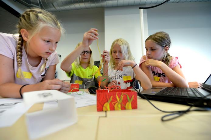 Impressie van de tweede dag van het Zabuki-festival voor basisscholen bij Hogeschool Saxion.  Jonne, Mus, Puk en Anna (vlnr) van Erve Hooyerinck leren dat je met een beetje stroom en een snoepje de computer kunt bedienen.