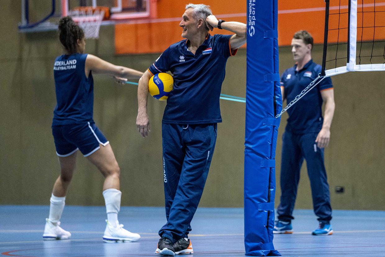 Bondscoach Giovanni Caprara tijdens een training van de volleybalsters in de aanloop naar het olympische kwalificatietoernooi.
