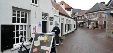 Toeristen staan na 2021 aan de gesloten deur bij de Rooise VVV