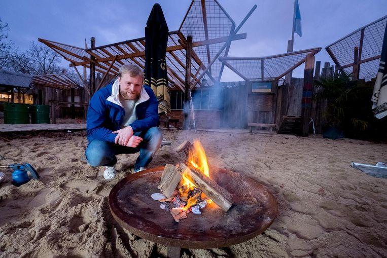 Pieter-Jan Van den Bon maakt het vuur aan voor Winterbar Komeet.