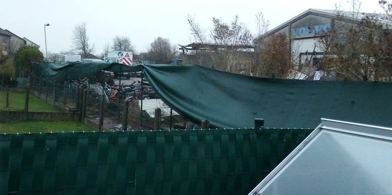 De stortplaats wordt aan het oog ontrokken door een doek.