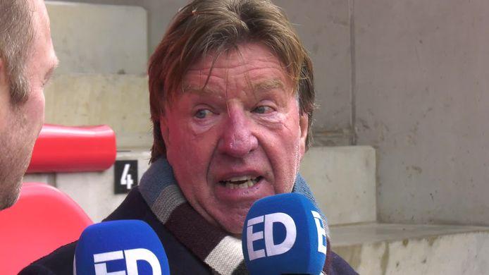 Aad de Mos staat PSV-watcher Rik Elfrink te woord op archiefbeeld.