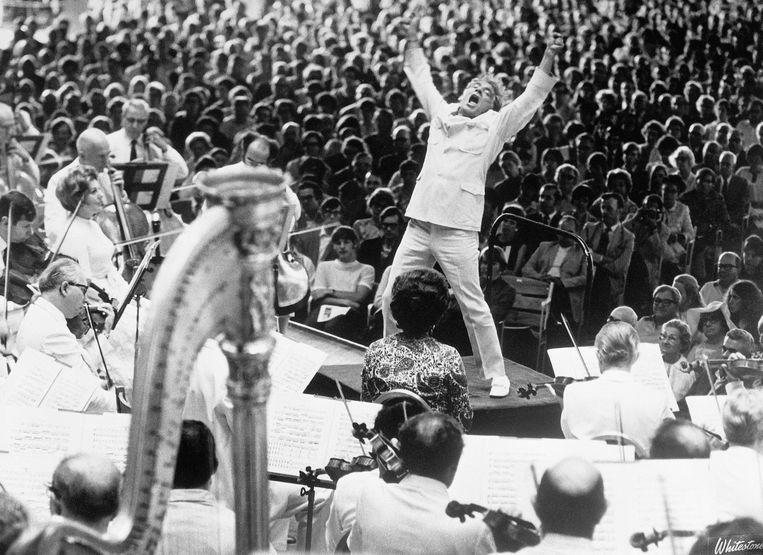 Dirigent Leonard Bernstein vuurt in juli 1970 het Boston Symphony Orchestra aan bij de opvoering van Gustav Mahlers Tweede symfonie. Beeld Getty