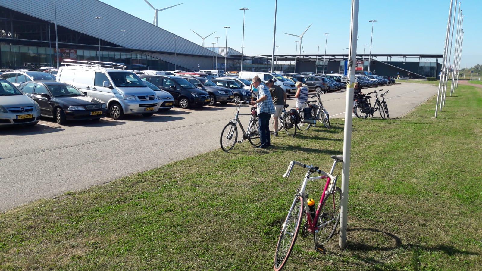 Bij het P+R-terrein in Terneuzen wordt het al drukker. Mensen die met de auto komen, hebben ook hun fietsen mee.