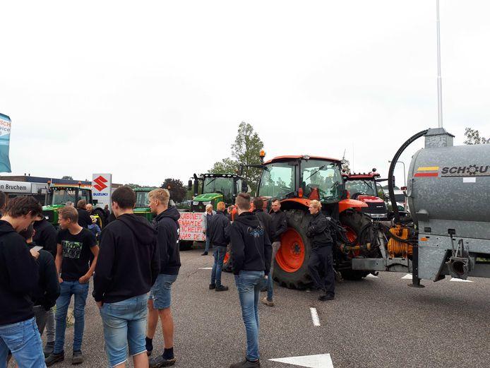 Na aangifte te hebben gedaan op het politiebureau in Zwolle reden de boeren door naar het distributiecentrum van Albert Heijn.