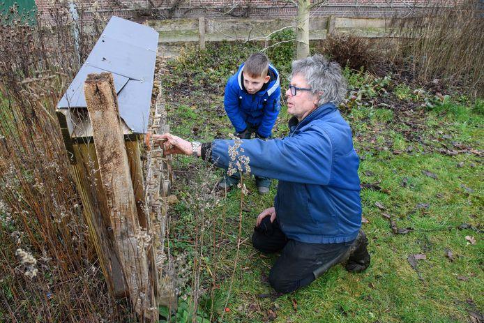 Piet Schagen en cliënt Gijs Tiehuis van zorgboerderij De Dennenkamp, bij het bijenhotel op hun erf.