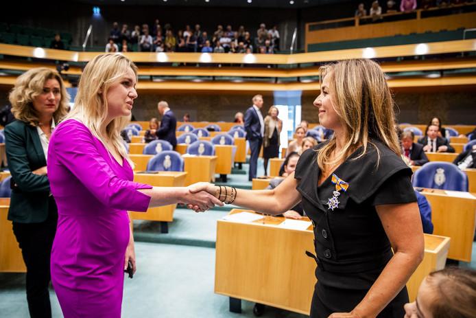 Marianne Thieme schudt Femke Merel van Kooten de hand bij haar afscheid in Tweede Kamer. De twee hadden ruzie over de partijkoers. Ook een aantal leden is ontevreden, blijkt nu.