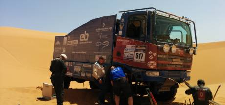 Schoones crasht, breekt ruggenwervel en valt uit in Morocco Desert Challenge