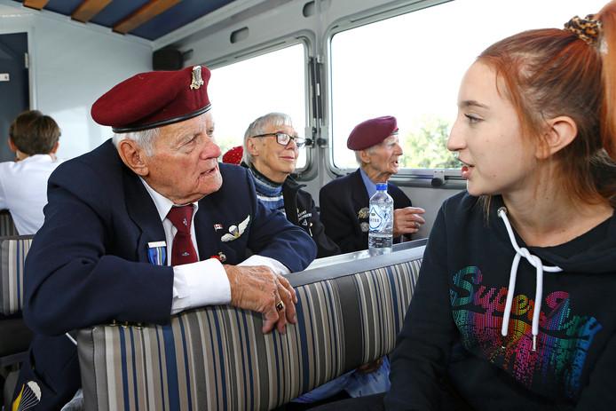 Leerlingen van het Altena College en van de International School Eindhoven hangen aan de lippen van de oorlogsveteranen.