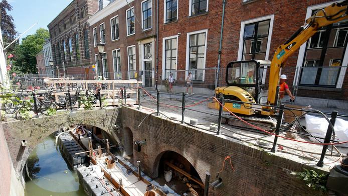 Kadewerkzaamheden aan de Kromme Nieuwegracht. Bij het herstel van een kluismuur werd in deze straat een groot gat in de fundering aangetroffen.