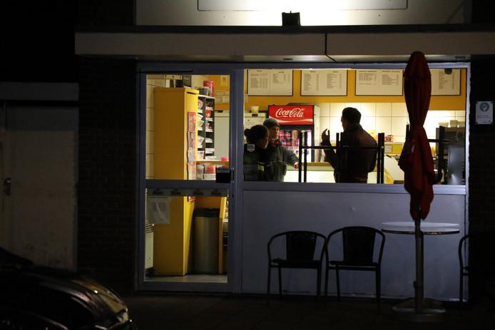 Politie bij De Smulhoek in Tilburg na de overval van vrijdagavond.