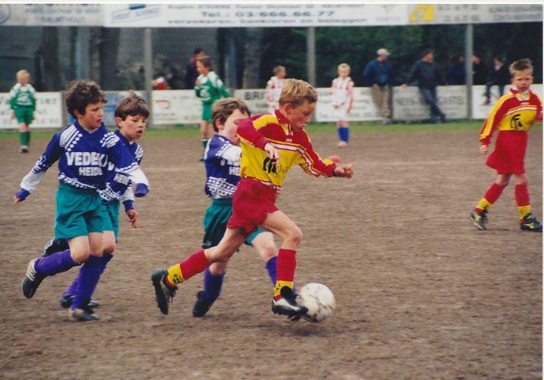 Mathieu van der Poel als voetballertje in het rood-geel van KSK Kalmhout. Beeld Nicolas Claeys
