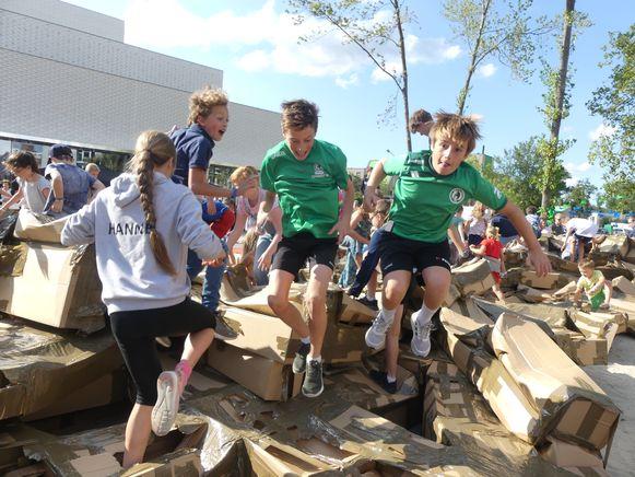 De jeugd mocht zondag de kartonnen poort helpen afbreken.