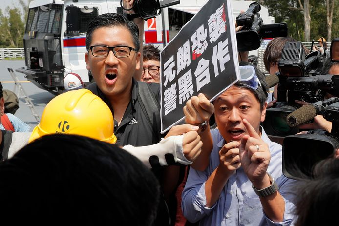 Volksvertegenwoordigers Lam Cheuk-ting (l.) en Ted Hui (r.) zijn opgepakt.