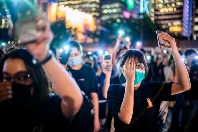 Studenten tijdens een betoging in Hongkong. Ze houden hun rechter oog bedekt uit solidariteit met een vrouw die tijdens een van de rellen aan haar oog gewond raakte.