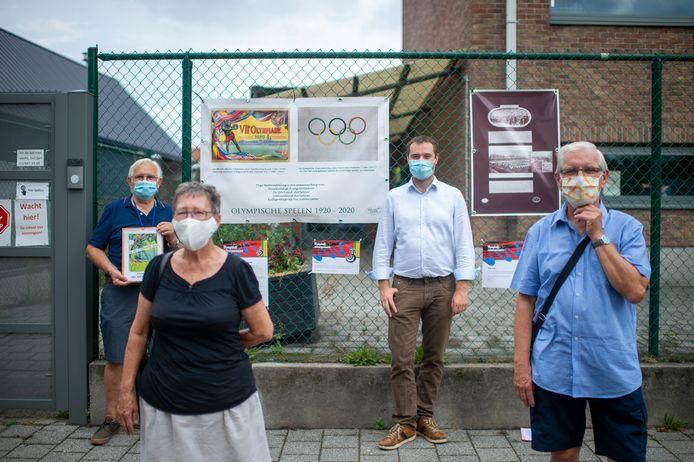 Marcel Stevens (Die Scoone Letter), Maria Verbeeck (sportraad), Bart De Bruyn (cultuurraad) en René Beyst (heemkundige kring) openden vrijdagmiddag de openluchttentoonstelling.