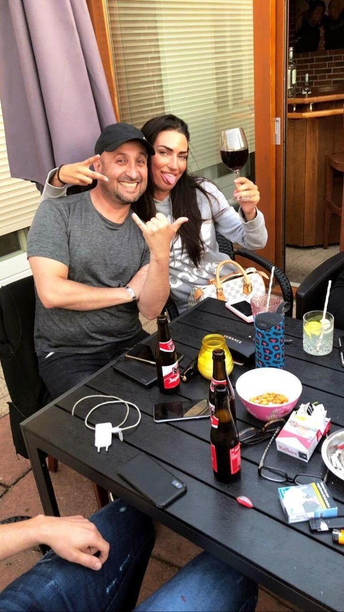 De vermoorde Paco had het naar zijn zin in Nederland. Hij hield van gezelligheid, zegt John Heijnen. Hier staat de Colombiaan op de foto met Angelina, een goede vriendin.