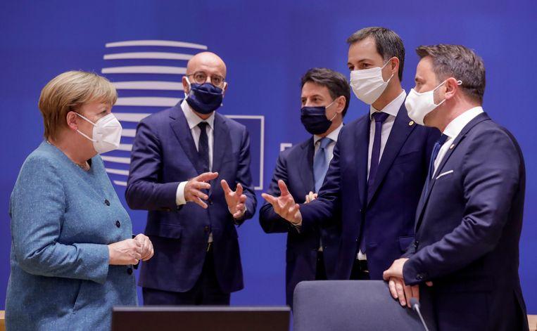Merkel, Michel, Conte, De Croo, en Bettel tijdens de EU-top donderdag. Beeld EPA