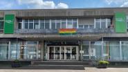 Gemeentehuis laat regenboogvlag wapperen