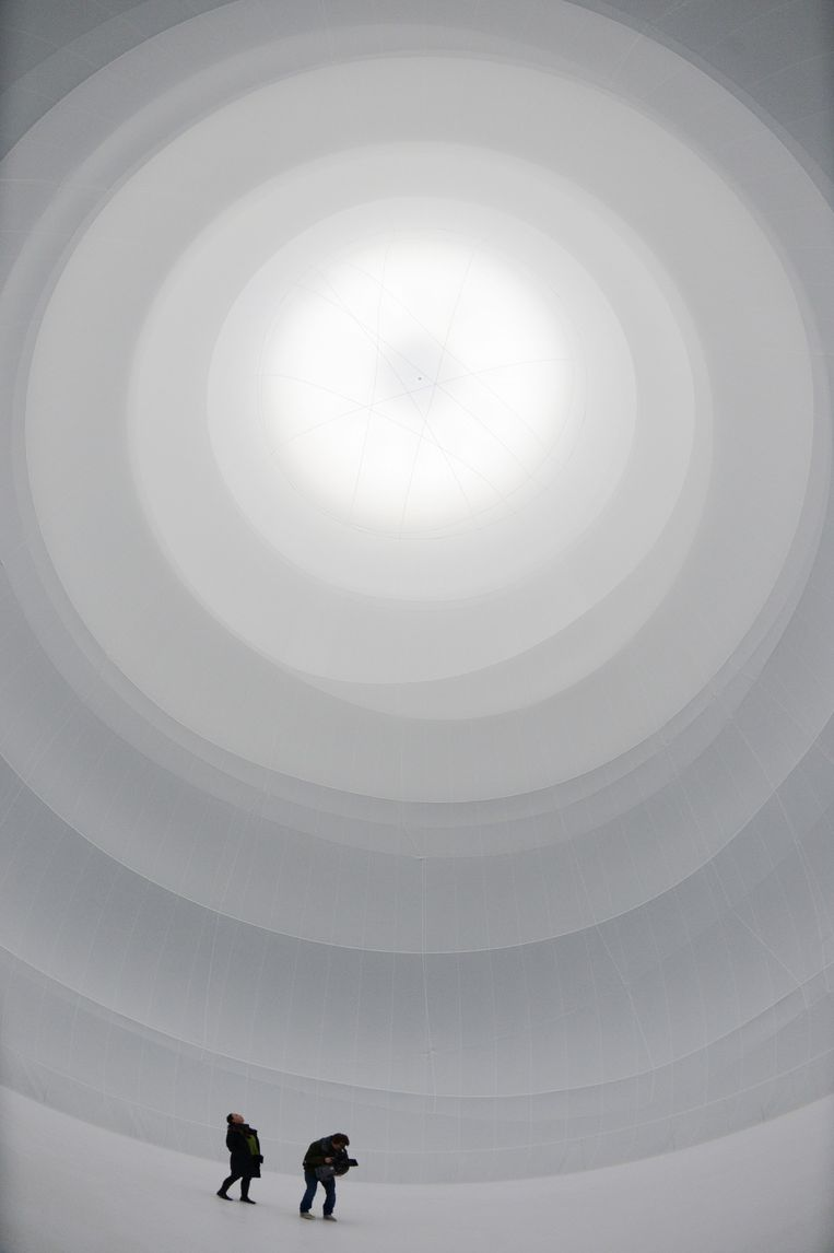 De installatie 'Big Air Package' – een grote kolom van verpakte lucht.  Beeld AFP