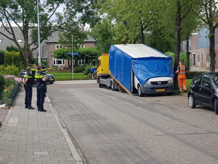 In de Alex Willemsstraat in Winssen werd mandagmiddag een wit busje meegenomen voor onderzoek naar mogelijke betrokkenheid bij de dodelijke schietpartij in Beuningen.