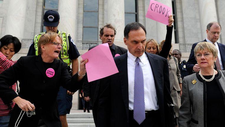 Richard Fuld, CEO van Lehman Brothers, wordt aan het begin van de kredietcrisis in 2008 belaagd door demonstranten. Beeld ap