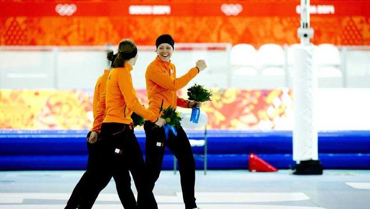 Gouden medaille-winnaar Jorien ter Mors (R) en bronzen medaille-winnaar Lotte van Beek (M) onderweg naar het podium na de 1500m in de Adler Arena Beeld anp