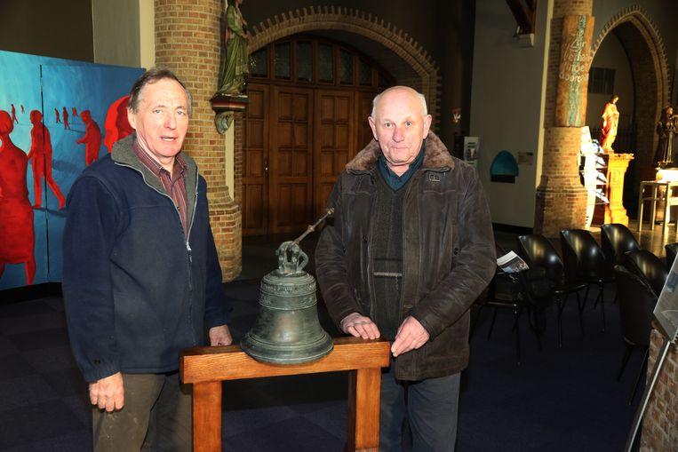 Jef Leeuwerck en Jacques Deforche bij de gestolen klok die in Westouter werd teruggebracht na ondervraging van de Franse verdachten.