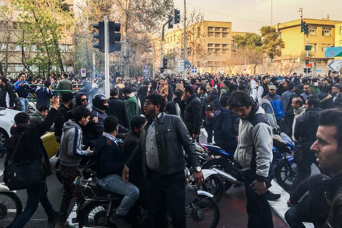 Betogers  zijn onder andere in Teheran de straat op gegaan om te protesteren tegen de regering.