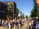 Een massa volk voor Markant, geduldig wachtend tot de deuren open gaan.