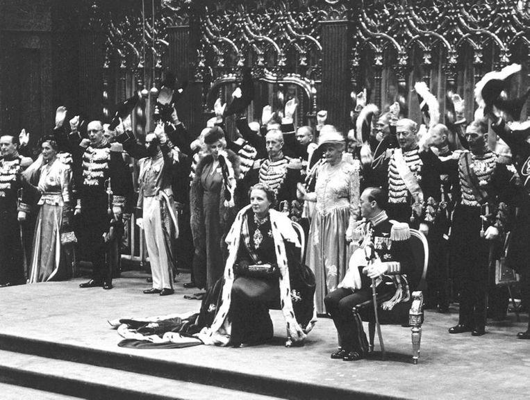 Juliana draagt de nieuwe mantel bij haar inhuldiging in 1948. Beeld anp