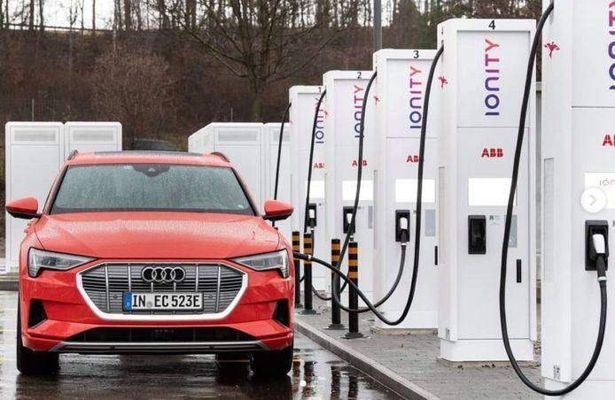 Een Audi e-Tron bij een snellader van Ionity