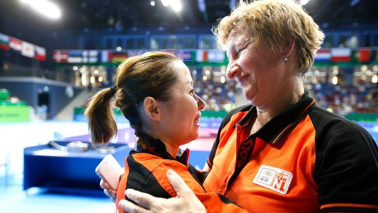 De Nederlandse tafeltennisster Li Jie (L) knuffelt met bondscoach Elena Timina nadat ze goud heeft gewonnen op de Europese Spelen. Beeld anp