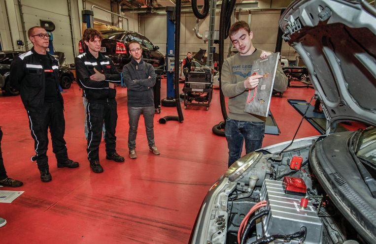 Studenten Ontwerpen Elektrische Auto Waar Brandweer Mee Kan Oefenen